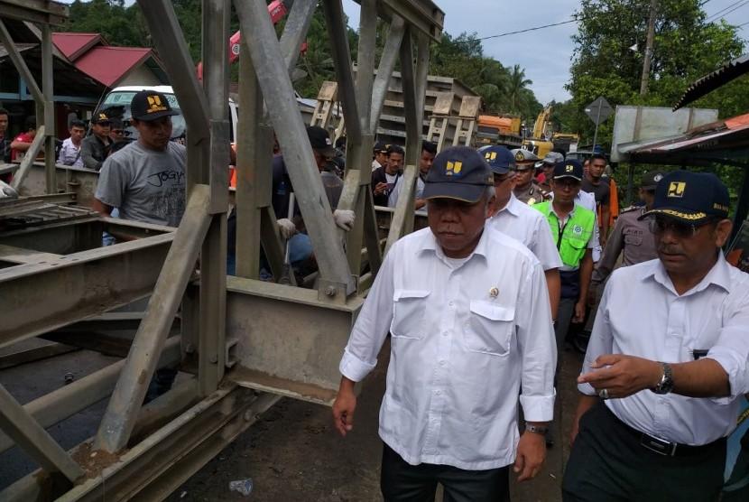 Menteri PUPR Basuki Hadimuljono meninjau pembangunan jembatan darurat di jalur utama Padang-Bukittinggi, Kamis (13/12).