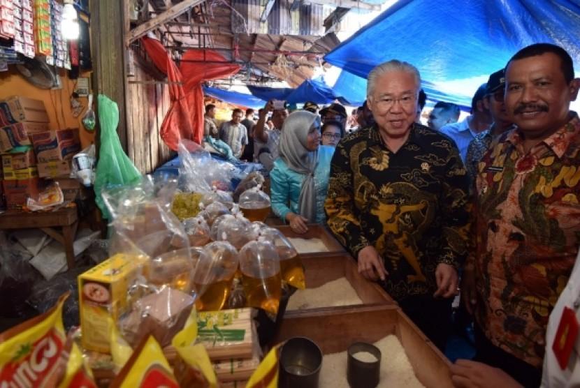 Menteri Perdagangan Enggartiasto Lukita melakukan kunjungan ke Pasar Pariaman, Kamis (13/12).