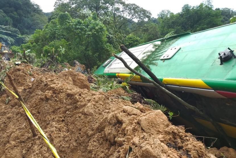 Jalur utama Kota Padang menuju Solok mulai bisa dilewati kendaraan setelah terputus sejak Kamis (13/12) malam.