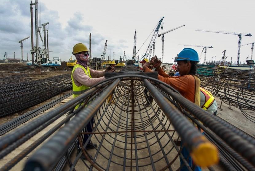 Pekerja menyelesaikan pembangunan konstruksi Bandara New Yogyakarta International Airport (NYIA) di Kulon Progo, DI Yogyakarta, Jumat (14/12/2018).