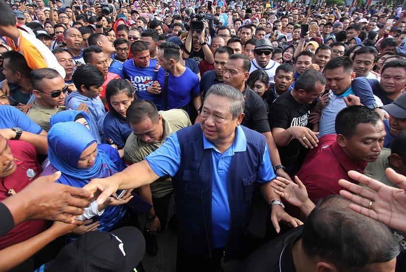 General Chairman of Democratic Party Susilo Bambang Yudhoyono (SBY) greets residents in Pekanbaru, Riau, Sunday (Dec 16).