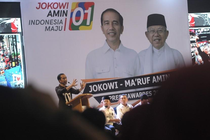 Calon presiden nomor urut 01 Joko Widodo (kiri) memberikan arahan kepada anggota perwakilan partai politik saat Deklarasi Tim Kampanye Daerah (TKD) Jokowi-Ma'ruf Amin Provinsi Jambi di Jambi, Minggu (16/12/2018).