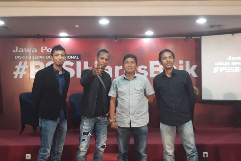 Legenda sepak bola nasional Rochy Putiray (kedua kiri), Manajer Madura FC Januar Herwanto (kedua kanan), dan perwakilan dari Save Our Soccer Akmal Marhali (kanan) saat menggelar diskusi sepak bola nasional bertema #PSSIHarusBaik di Graha Pena Surabaya, Senin (17/12).