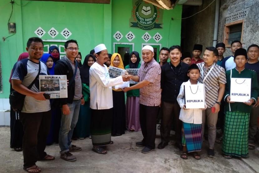 PT Republika Media Mandiri kembali memberikan bantuan kepada Pondok Pesantren Darussyifa Kecamatan Mande, Kabupaten Cianjur, Jawa Barat Selasa (18/12). Bantuan tersebut berasal dari sedekah Jumat yang diberikan ratusan karyawan.