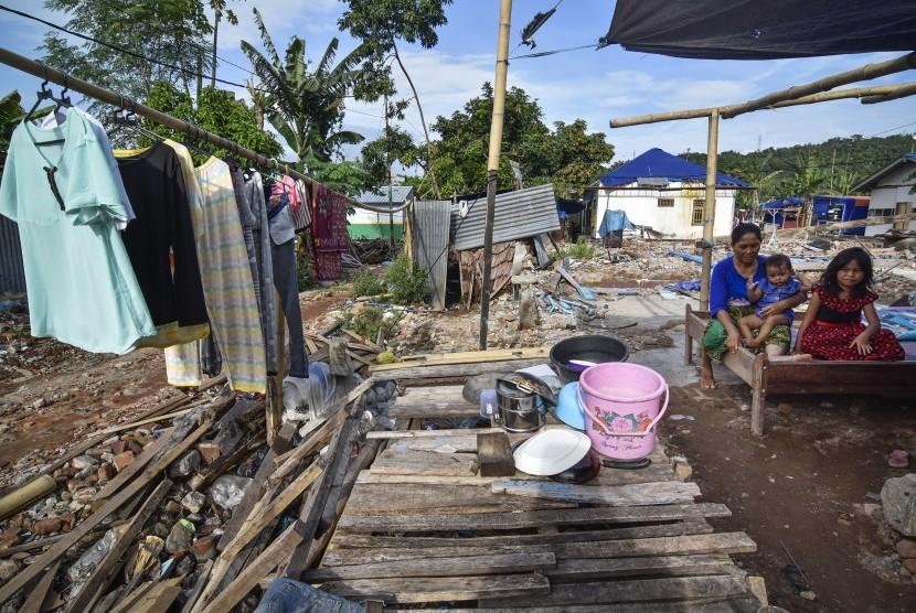 Sejumlah korban gempa berada di hunian sementara di Desa Kekait, Lombok Barat, NTB, Rabu (19/12/2018).