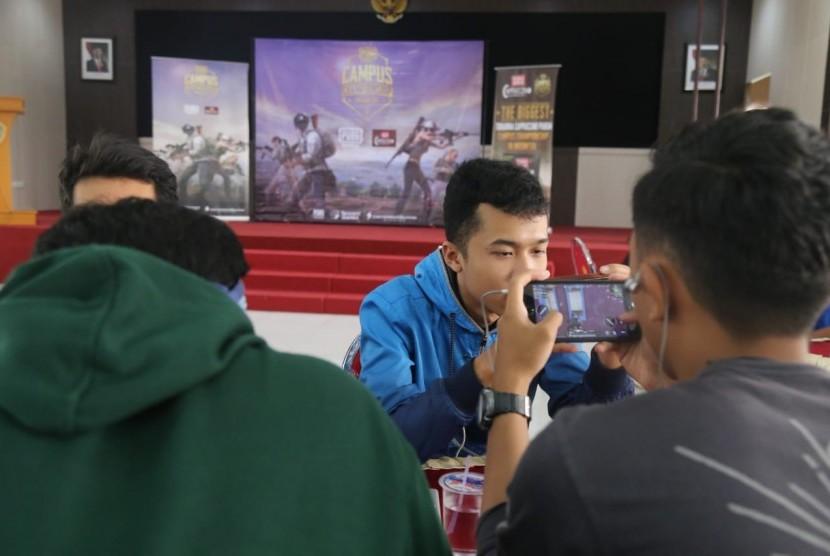 Universitas Muhammadiyah Malang (UMM) mengadakan kejuaraan cabang olahraga baru, electronic sports (ESports). Olahraga yang pernah dimasukkan dalam ASIAN Games 2018 ini, kini diadakan diAula GKB IV UMM, Kamis (20/12).