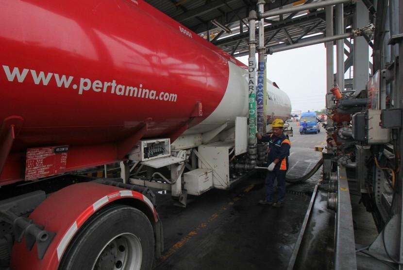 Petugas mengisi bahan bakar minyak (BBM) ke truk tangki. (ilustrasi)