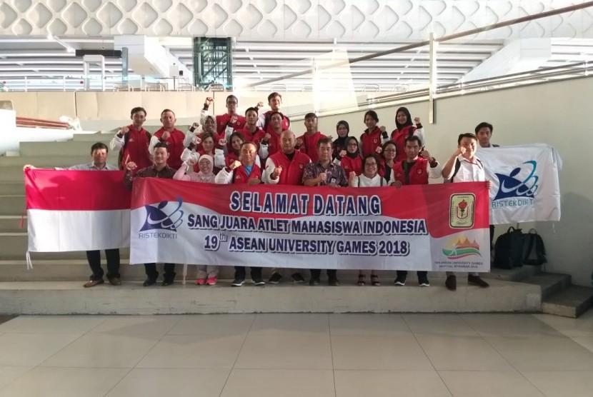 Para atlet mahasiswa tiba di Tanah Air usai mengikuti ajang ASEAN University Games (UAG) ke-19 di Naypyidaw Myanmar. Tim UAG berhasil membawa pulang 44 emas, 39 perak dan 30 perunggu dan menempati peringkat kedua.