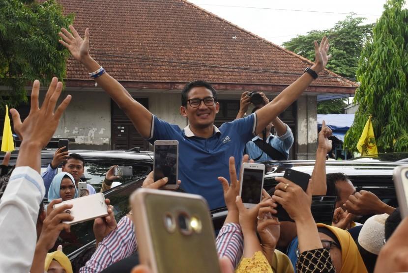 Calon Wakil Presiden nomor urut 02 Sandiaga Salahudin Uno menyapa pendukungnya di Ponorogo, Jawa Timur, Jumat (21/12/2018).