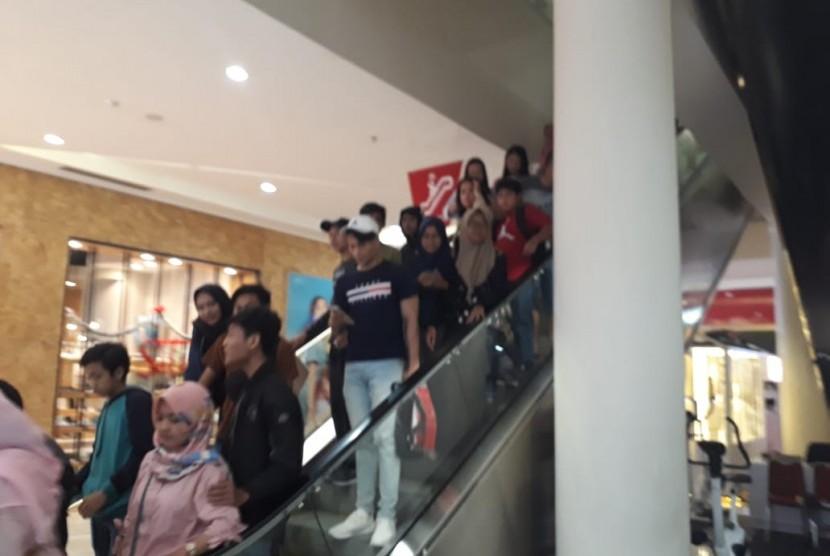 Pengunjung Lombok Epicentrum Mall berhamburan keluar karena gempa berkekuatan magnitudo 5,0 yang terjadi pada Jumat (21/12) sekira pukul 18.43 WITA.