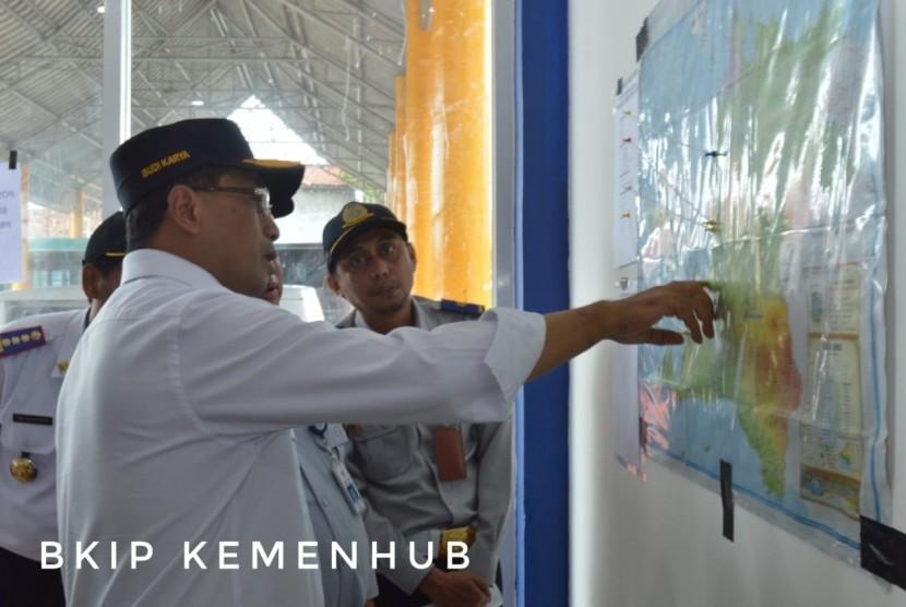 Menhub Budikarya Sumadhi melihat peta lokasi bencana tsunami di Banten. Selanjutnya disiapkan sarana angkutan untuk membawa logistik  guna membantu korban bencana tsunami, Senin (24/12)