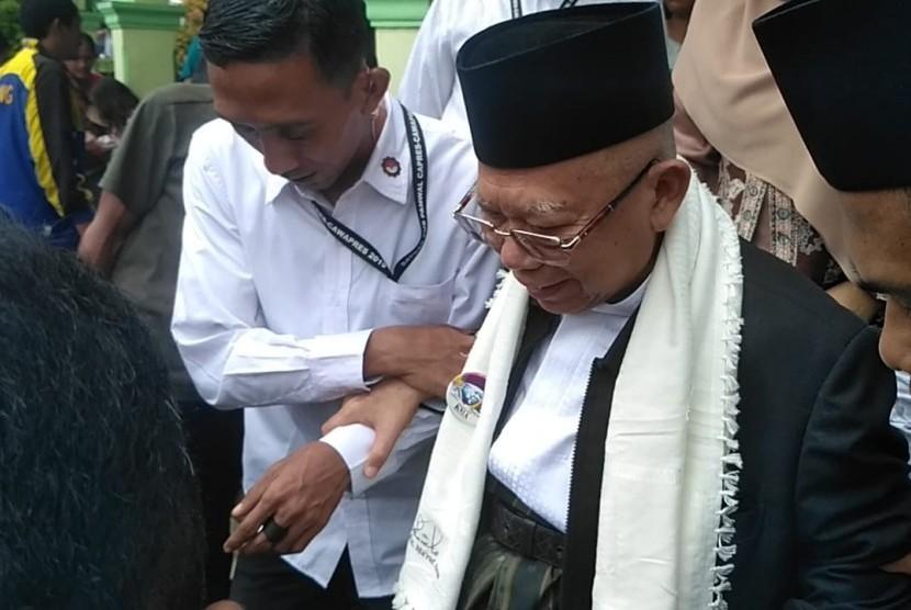 KH Ma'ruf Amin beserta istrinya kunjungi posko pengungsian, Tenjolahang Timur, Tenjolahang, Pandeglang, Selasa (25/12).