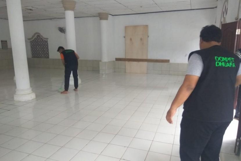 Tim Dompet Dhuafa sedang membersihkan Masjid Kampung Tembong, Selasa (25/12) sore. Masjid itu untuk sementara difungsikan sebagai tempat pengungsian warga dari sekitar pesisir Desa Carita, Kecamatan Carita, Kabupaten Pandeglang, Banten