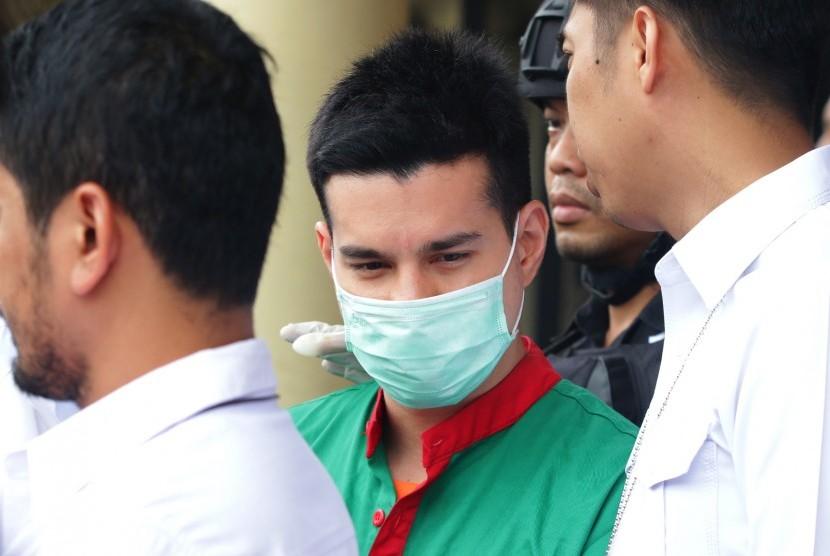 Tersangka kasus narkoba Steve Emmanuel (tengah) dihadirkan saat gelar perkara di Polres Metro Jakarta Barat, Kamis (27/12/2018).