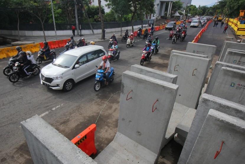 Warga berkendara di bekas lokasi jalan ambles di Jalan Raya Gubeng, Surabaya, Jawa Timur, Jumat (28/12/2018).