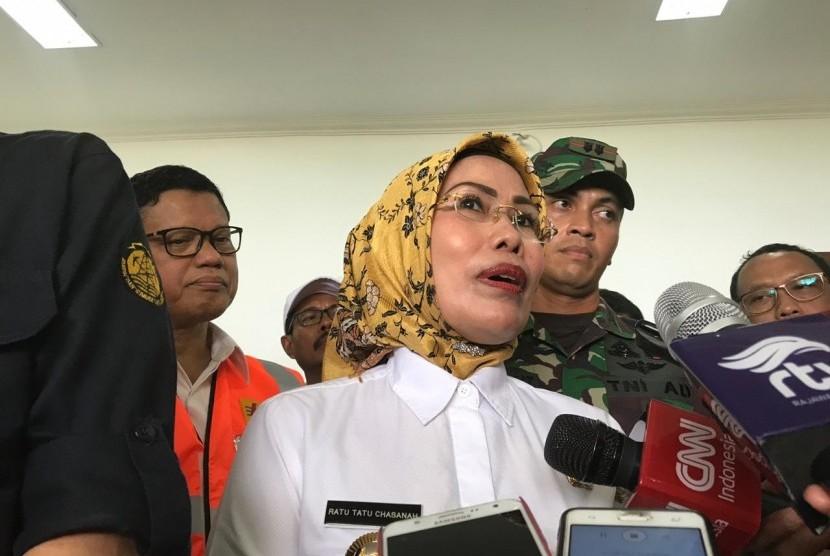 Bupati Serang Ratu Tatu Chasanah di pusat vulkanologi dan  mitigasi bencana geologi pos pengamatan gunung api krakatau, Serang,  Banten, Jumat ( 28/12).