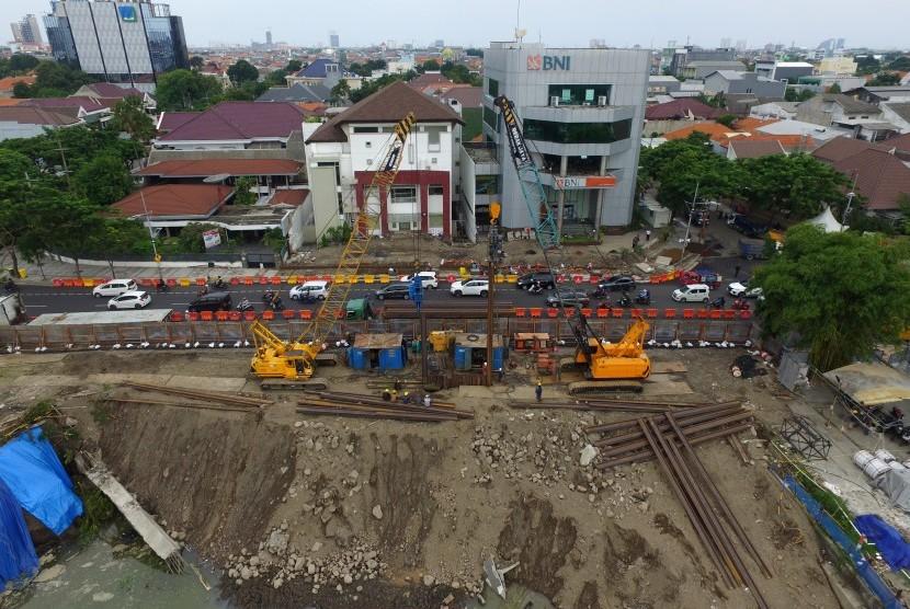 Foto aerial proses pemasangan turap besi (steel sheet pile) di sisi barat di bekas lokasi jalan ambles di Jalan Raya Gubeng, Surabaya, Jawa Timur, Jumat (28/12/2018).