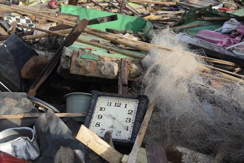 Sebuah jam yang menunjukkan waktu kejadian tsunami berada di tengah puing reruntuhan bangunan di Desa Kunjir Lampung Selatan, Lampung, Jumat (29/12/2018).