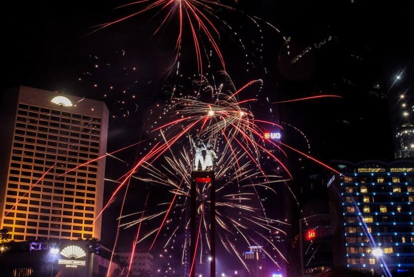 Suasana pergantian malam tahun baru di Bundaran HI, Jakarta, Selasa (1/1/2019).
