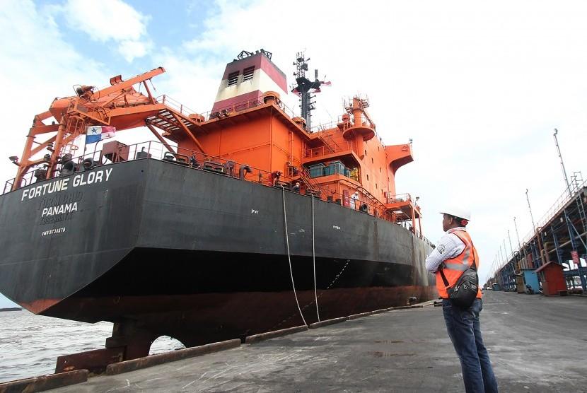 Operator pelabuhan mengawasi sebuah kapal tanker pengangkut minyak sawit yang bersiap sandar perdana di tahun 2019 di Pelabuhan Pelindo I Dumai, Dumai, Riau, Selasa (1/1/2019).