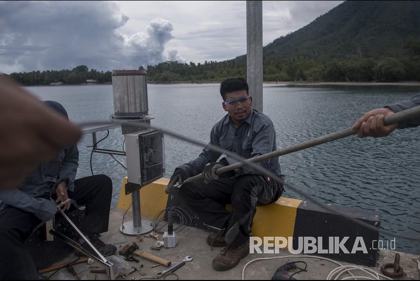 Petugas BMKG memasang alat pengukur ketinggian air atau water level saat berlangsung erupsi Gunung Anak Krakatau (GAK) di Pelabuhan Pulau Sebesi, Lampung Selatan, Lampung, Selasa (1/1/2019).