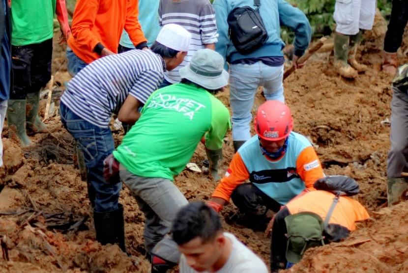 Tim Dompet Dhuafa Disaster Management Center (DMC) berada di lokasi bencana tanah longsor di di Kampung Garehong, Dusun Cimapag, Desa Sirnaresmi, Cisolok, Sukabumi, Jawa Barat, untuk ikut mengevakuasi para korban.