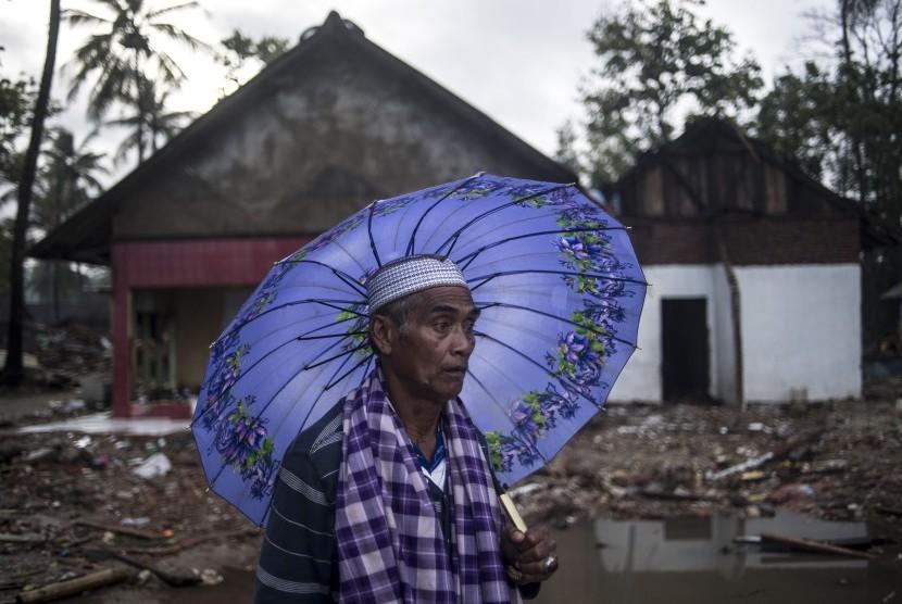 Penyintas tsunami Selat Sunda, Fatarai (63) berada di sisa bangunan rumahnya yang rusak diterjang tsunami di Sumur, Pandeglang, Banten, Kamis (3/1/2019).
