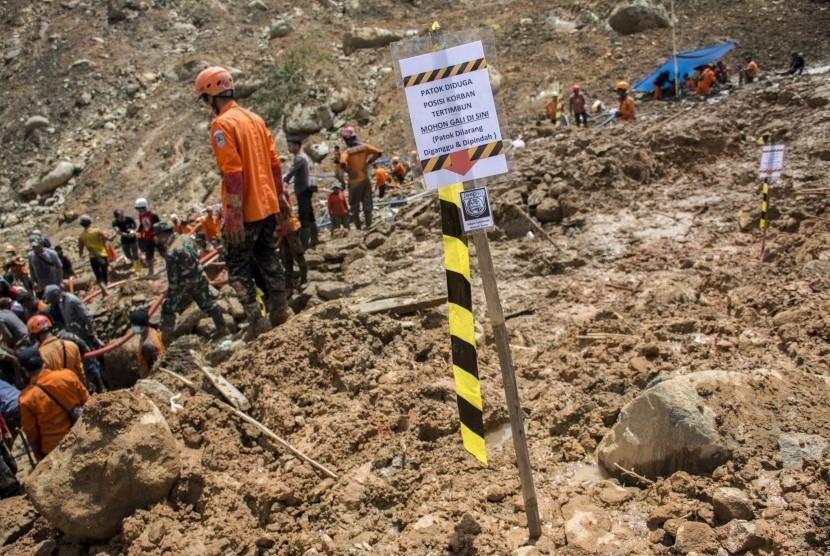 Petugas SAR gabungan bergotong royong mencari korban longsor di area yang diduga terdapat korban di Desa Sirnaresmi, Cisolok, Kabupaten Sukabumi, Jawa Barat, Jumat (04/01/2019).