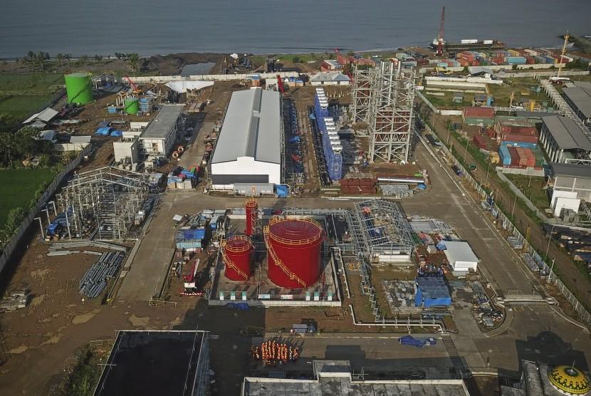 Foto areal proyek pembangunan Pembangkit Listrik Tenaga Gas dan Uap (PLTGU) Lombok Peaker di Tanjung Karang, Ampenan, Mataram, NTB, Jumat (4/1/2019).