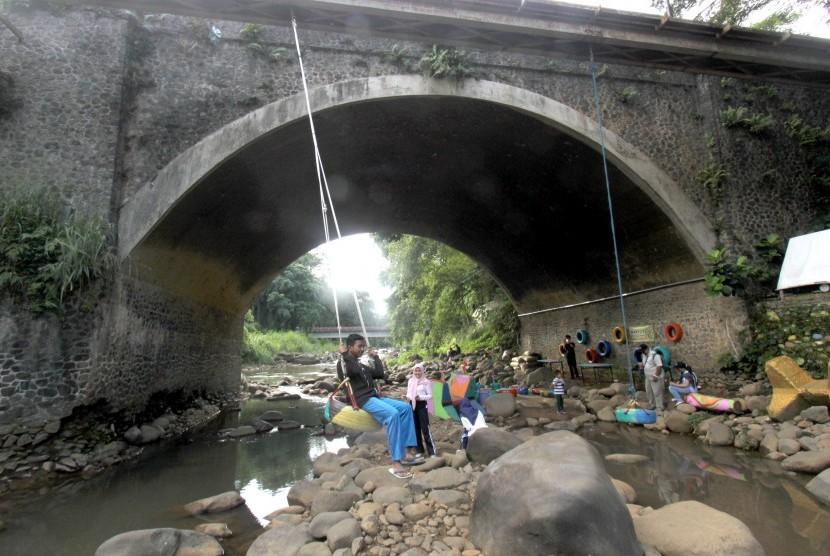 Sejumlah warga memanfaatkan sungai Sungai Ciliwung untuk berwisata di Sempur, Kota Bogor, Jawa Barat, Sabtu (5/1/2019).