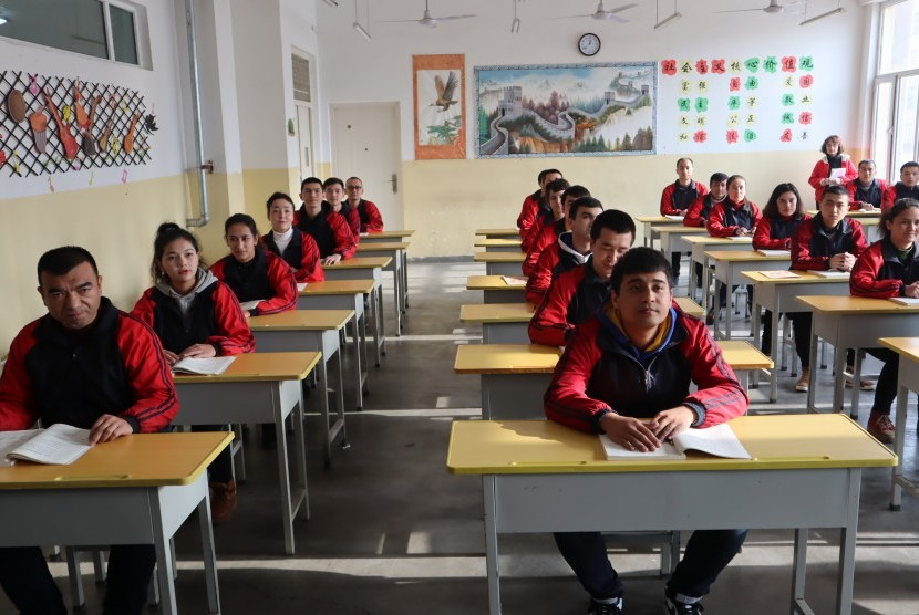 Para peserta didik kamp pendidikan vokasi etnis Uighur di Kota Kashgar, Daerah Otonomi Xinjiang, Cina, mengikuti kelas ilmu hukum, Jumat (3/1/2019).