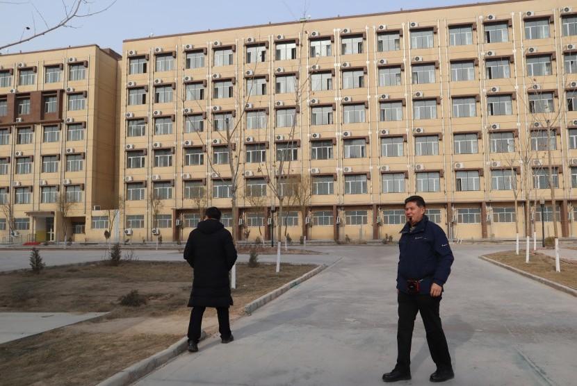 Kepala Kamp Pendidikan Vokasi Etnis Uighur Kota Kashgar, Daerah Otonomi Xinjiang, Cina, Mijiti Meimeit (kanan) memandu wartawan yang berkunjung, Jumat (3/1).