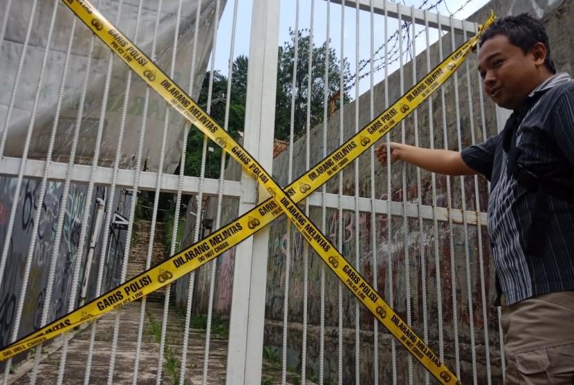 Ketua RT 01 RW 03 Rachmat Budiarto saat menunjukan lokasi penikaman Siswi SMK di Gang Masjid Raya, Jalan Riau, Kecamatan Bogor Timur Kota Bogor, Rabu (9/1).