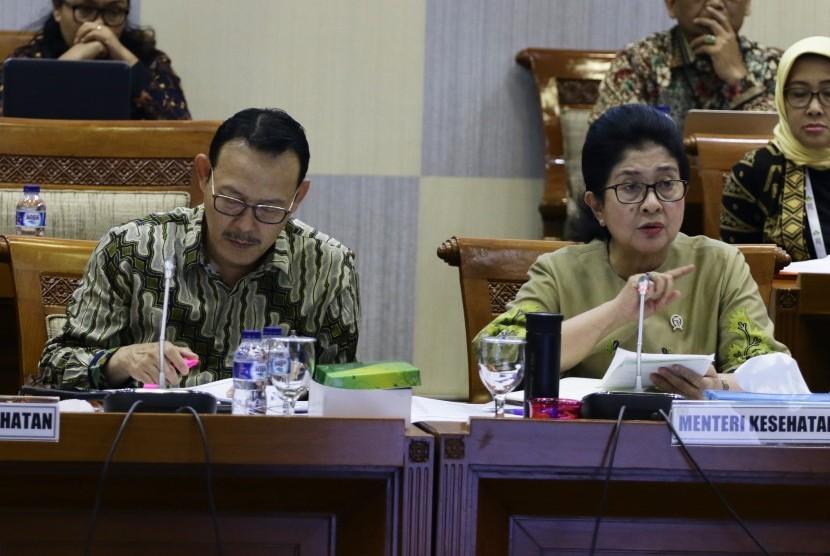 Menteri Kesehatan Nila F. Moeloek (kanan) bersama Direktur Utama BPJS Kesehatan Fachmi Idris (kiri) memberikan paparan saat mengikuti Rapat Dengar Pendapat (RDP) bersama Komisi IX DPR di Kompleks Parlemen, Senayan, Jakarta, Rabu (9/1/2019).