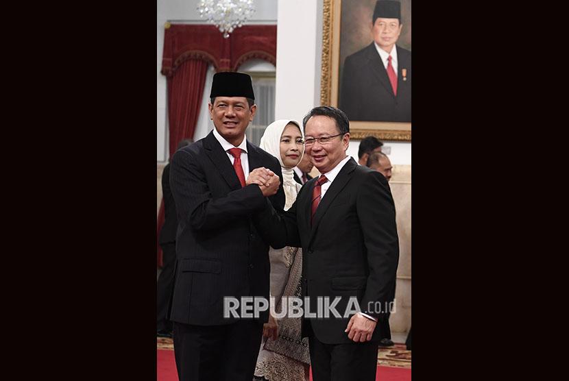 Kepala Badan Nasional Penanggulangan Bencana (BNPB) Letjen TNI Doni Monardo (kiri) melakukan salam komando dengan mantan Kepala BNPB Laksamana Muda (Purn) Willem Rampangilei (kanan) usai pelantikan oleh Presiden Joko Widodo di Istana Negara, Jakarta, Rabu (9/1/2019).