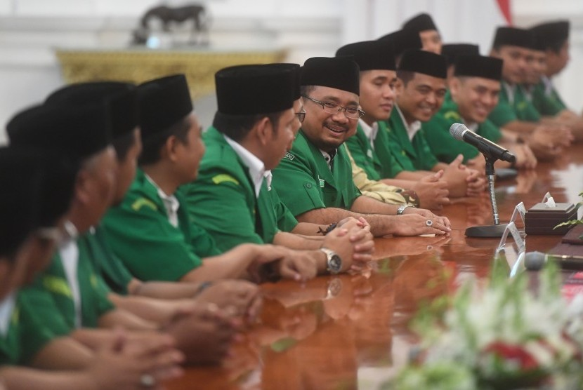 GP Ansor Chairman Yaqut Cholil Qoumas (center) introduces his colleagues during a meeting with President Joko Widodo at Merdeka Palace, Jakarta, Friday (Jan 11).