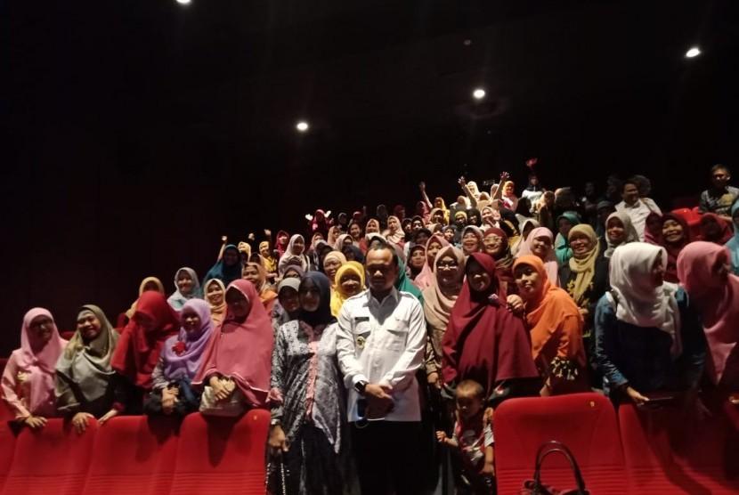 Wali Kota Bogor Bima Arya mengajak kader ibu-ibu Penguatan Ketahanan Keluarga (PKK) menonton film Keluarga Cemara di bioskop, Kota Bogor, Kamis (10/1).