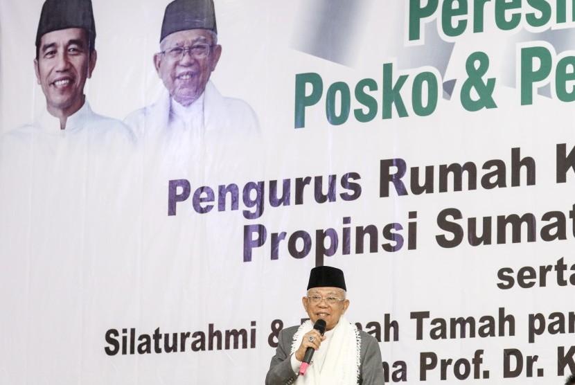 Calon Wakil Presiden nomor urut 01 Ma'ruf Amin berpidato dihadapan relawan saat pelantikan pengurus dan peresmian posko Rumah KH Ma'ruf Amin (R-KMA) Sumsel di Palembang, Sumatera Selatan, Jumat (11/1/2019).
