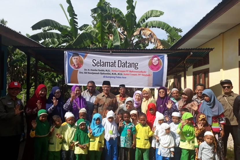 Silaturahim Ketua Umum PP Muhammadiyah Haedar Nashir dan Ketua  Umum PP Aisyiyah Siti Noorjannah Djohantini ke sekolah-sekolah Muhammadiyah  yang ada di Kampung Pulau Arar, Ahad (13/1).