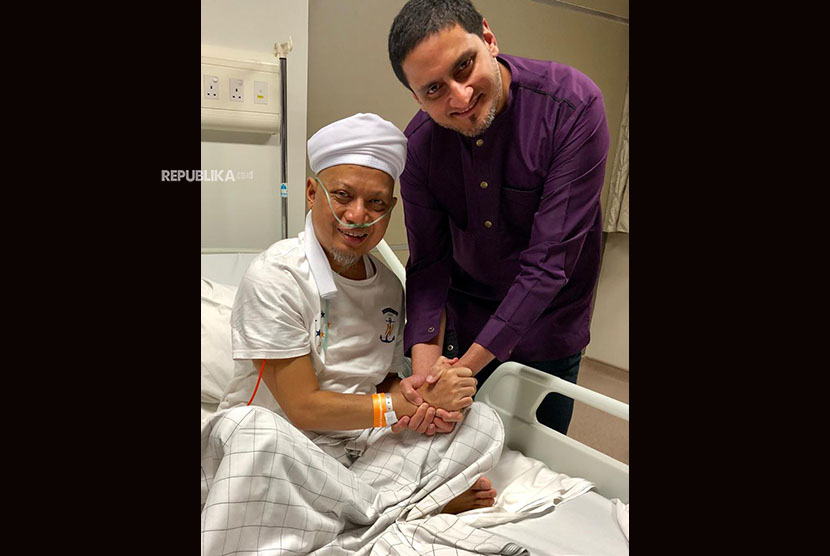 Ustaz Arifin Ilham and the doctor who treated him at a hospital in Penang, Malaysia