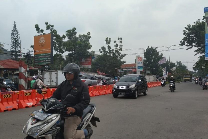 Rekayasa lalu lintas sepanjang Jalan Terusan Jakarta, Kota Bandung, Senin (14/1).