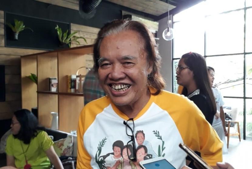 Arswendo Atmowiloto saat diwawancarai usai konferensi pers syukuran atas pencapaian film Keluarga Cemara di Ecology Kemang, Jakarta Selatan, Senin (14/1).