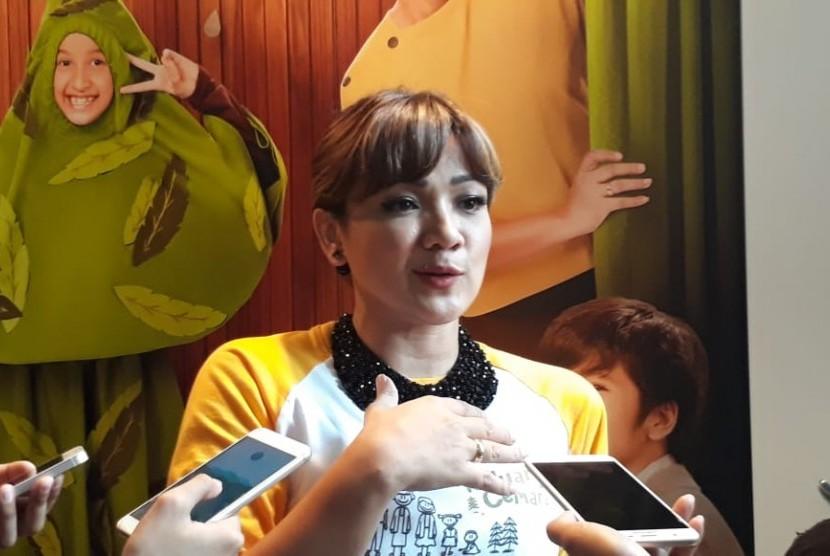 Pemeran Emak, Nirina Zubir saat diwawancarai usai konferensi pers syukuran atas pencapaian film Keluarga Cemara di Ecology Kemang Jakarta Selatan, Senin (14/1).