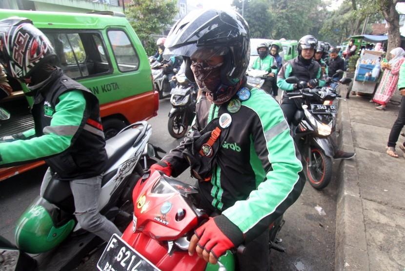 Pengemudi ojek online menunggu penumpang di kawasan Paledang, Kota Bogor, Jawa Barat, Selasa (15/1/2019).