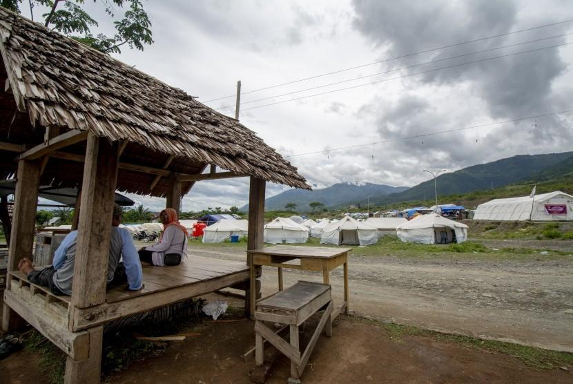 Sejumlah warga terdampak bencana berada di dekat kamp pengungsian di Palu, Sulawesi Tengah, Selasa (15/1/2019).