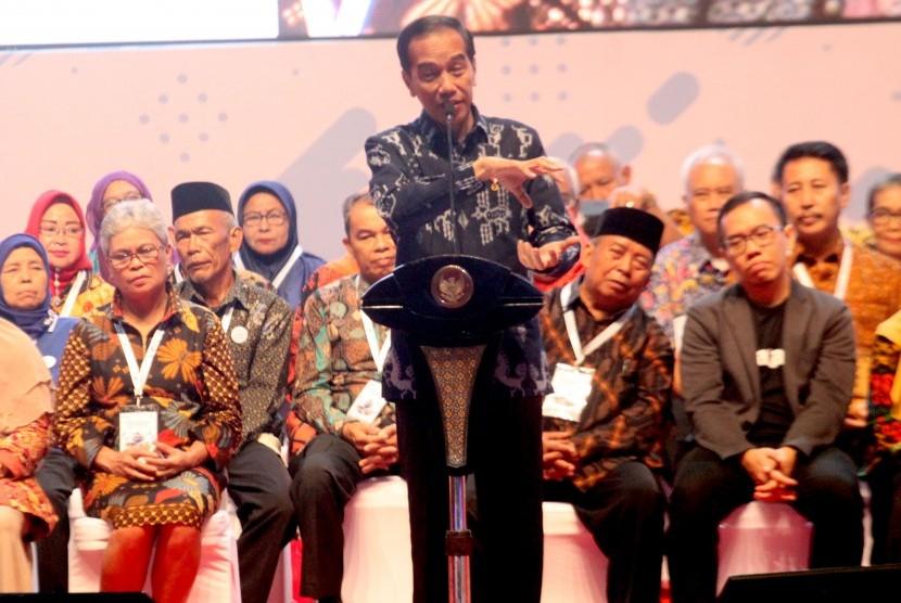 Incumbent President Joko Widodo (center).