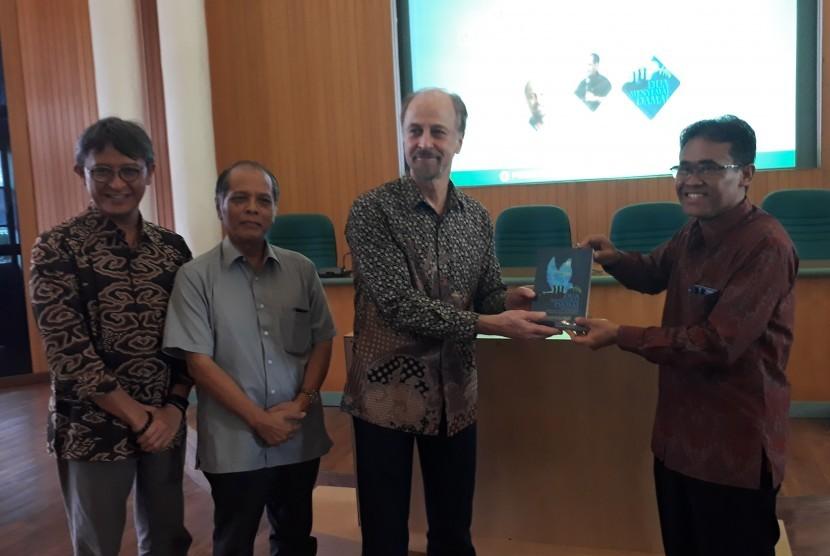 Peluncuran buku dan seminar Peran dan Kontribusi Muhammadiyah dan  NU dalam Perdamaian dan Demokrasi di Ruang Mulitmedia Universitas Gadjah  Mada (UGM), Kamis (17/1).