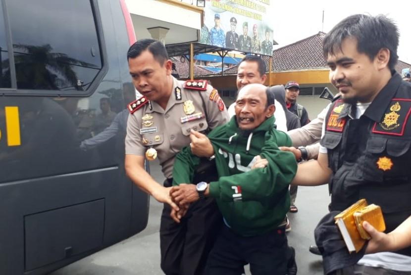 Polres Sukabumi Kota membawa pria tanpa identitas yang menduduki Alquran ke rumah sakit untuk diobservasi Kamis (17/1).
