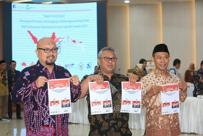 Ketua Komisi Pemilihan Umum (KPU) Arief Budiman (tengah)