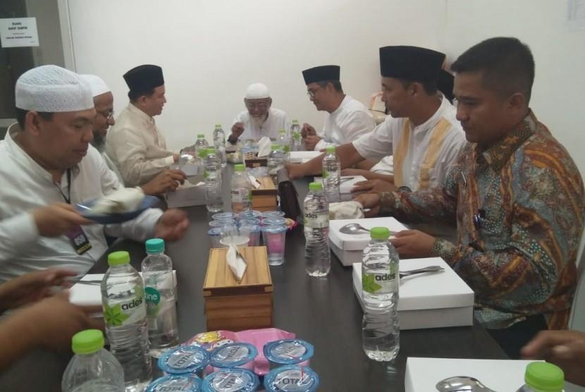 Advokat Yusril Ihza Mahendra menyampaikan narapidana teroris Abu Bakar Baasyir bebas tanpa syarat dari Lembaga Pemasyarakatan (Lapas) Gunung Sindur, Kabupaten Bogor, Jumat (18/1).